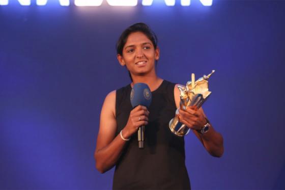 আন্তর্জাতিক সেরা মহিলা ক্রিকেটার ২০১৬-১৭ হিসেবে পুরস্কার পেয়েচ্ছেন হরমনপ্রীত কৌর  (Photo: Twitter/ICC)